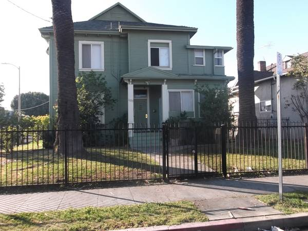 Updated Duplex in sought after Pico-Union Over